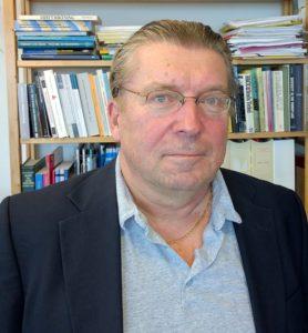 Paul Lappalainen framför bokhylla