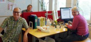 Emil, Paul och Caroline runt skrivbordet