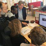 En grupp arbetar gemensamt runt en dator