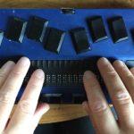 Händer som arbetar med punktskriftsdisplay