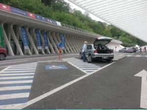 Parkeringsplats med blåmarkering vid sidorna