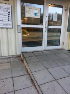 Ramp med kant och dörröppnare ovanför kanten