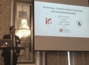 Ola Linder håller en workshop i Malmö om bostadsdiskriminering