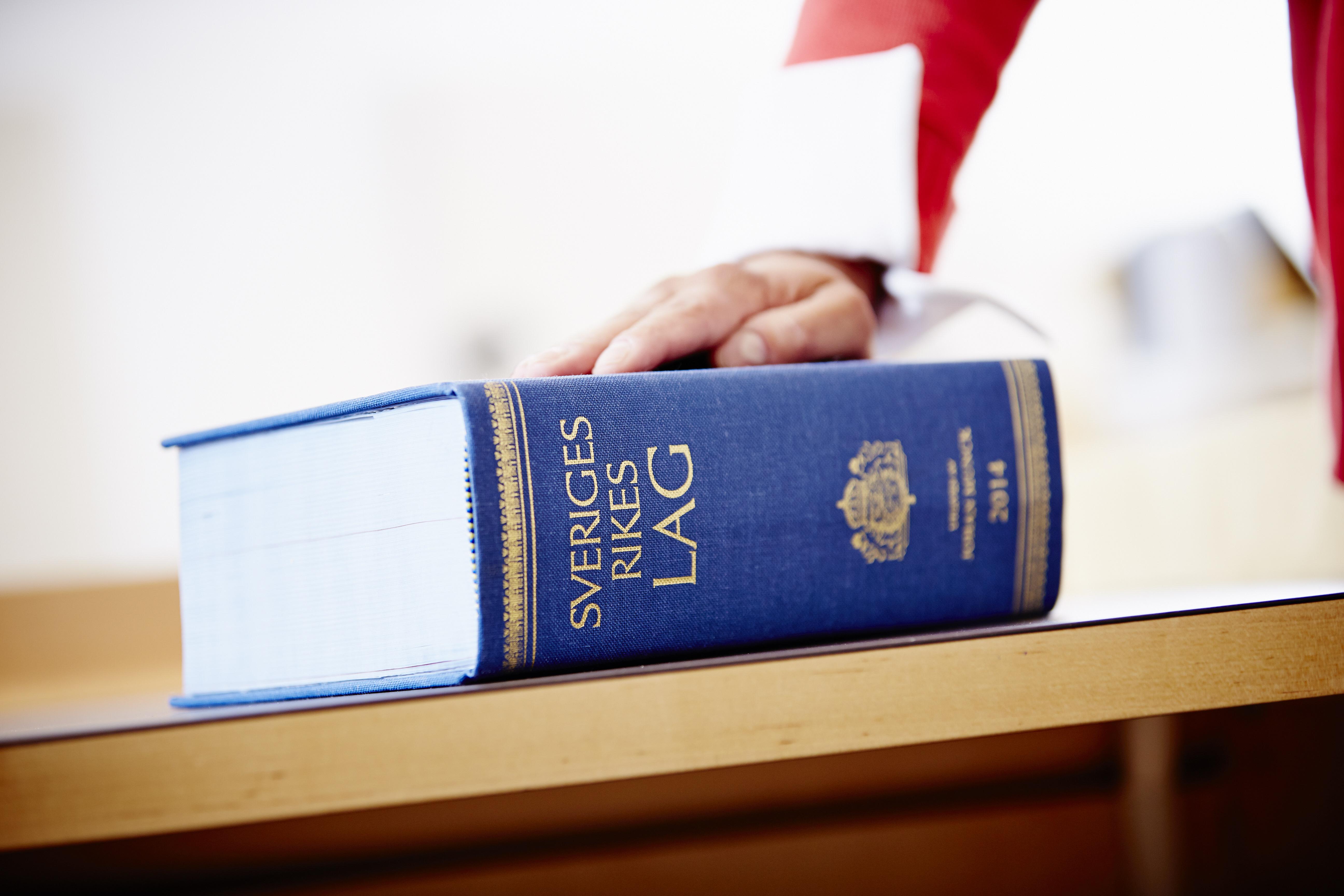 lagbok på bord