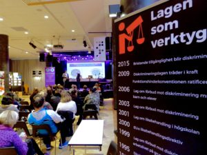 Bild från MR-dagen i Trollhättan där Ola Linder talar om funktionsdiskriminering.