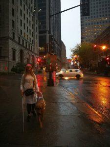 Sara Shamloo i USA med ledarhund