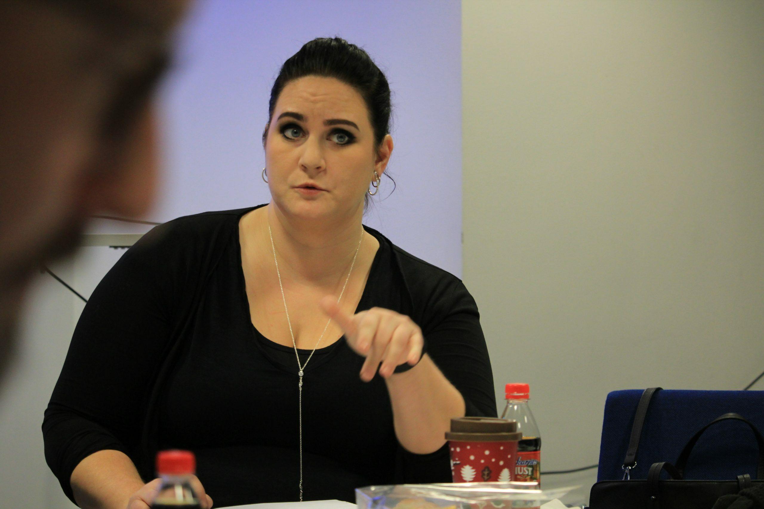 Mim Sörensson, cirkelledare för Egenmaktsgruppen i Partille, här under ett möte där hon för ordet.