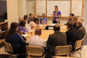 Cirka tio representanter från projektet Ge makten vidare samlade kring ett stort bord tillsammans med bland annat med vförste vice talman på hennes besök i Uppsala.