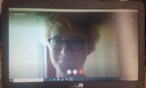 Annemarie Isbert, DRD, i närbild på en skärm då hon tittar i kameran.