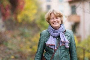 Glad Lise Bergh på skogspromenad.