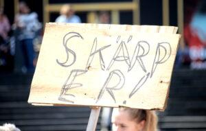 """Enkelt plakat med texten """"SKÄRP ER""""."""