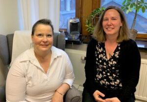 Agneta Persson och Anna-Karin Engqvist, NSPH i Göteborg, sittande framför ett fönster på ett kontor.